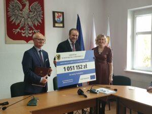 Marszałke Mieczysław Struk trzyma czek. Obok przedstawiciele gminy Trzebielino